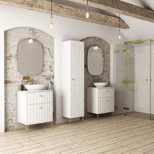 Exempel på ett mycket stort lantligt vit vitt badrum, med luckor med lamellpanel, vita skåp, en kantlös dusch, stenhäll, vita väggar, ett fristående handfat, bänkskiva i akrylsten, brunt golv och med dusch som är öppen