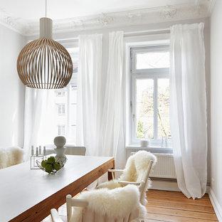 Idées déco pour une salle à manger scandinave de taille moyenne avec un mur blanc et un sol en bois brun.
