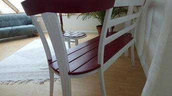 Sitzbank mit Beistelltisch aus vier Stühlen