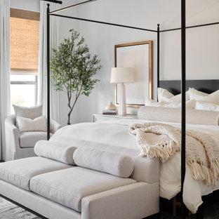 Esempio di una grande camera matrimoniale chic con pareti bianche, parquet chiaro, pavimento grigio e soffitto ribassato