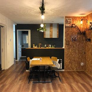 Foto de comedor urbano, abierto, sin chimenea, con paredes blancas, suelo de contrachapado y suelo marrón