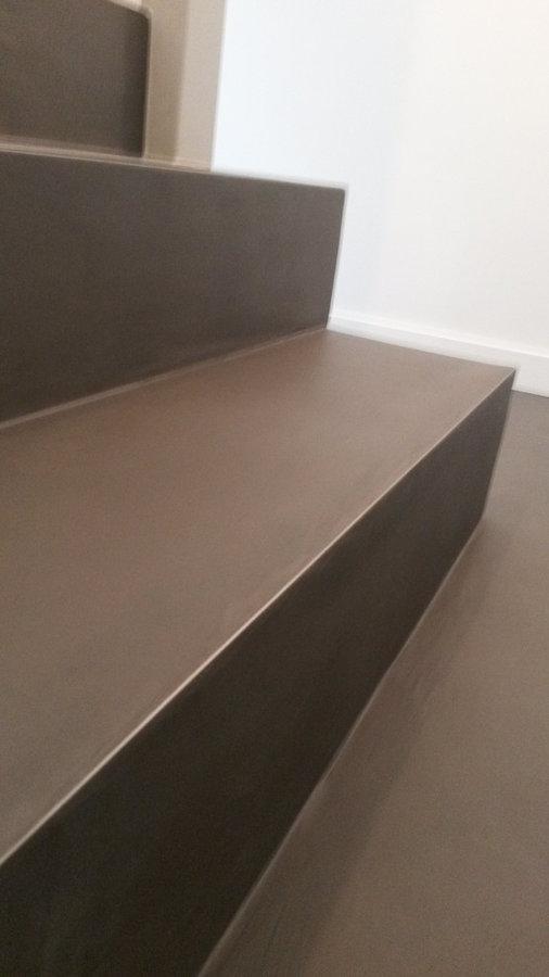 Béton ciré sur escalier avec angle inox