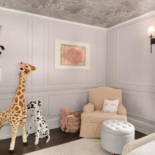Idee per una cameretta per neonata chic di medie dimensioni con pareti viola, parquet scuro, pavimento marrone, soffitto in carta da parati e boiserie