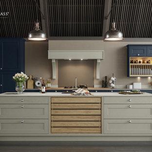 Источник вдохновения для домашнего уюта: большая угловая кухня в классическом стиле с обеденным столом, одинарной раковиной, фасадами с утопленной филенкой, синими фасадами, столешницей из ламината, коричневым фартуком, фартуком из стекла, черной техникой, темным паркетным полом, островом, черным полом, белой столешницей и правильным освещением