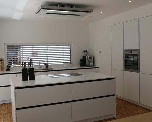 grifflose weiße küche mit kochinsel deckenlüfter und eingebauten