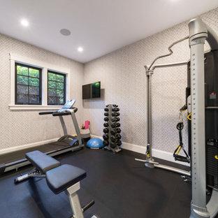 Klassischer Fitnessraum mit grauer Wandfarbe, schwarzem Boden und Tapetendecke in Vancouver