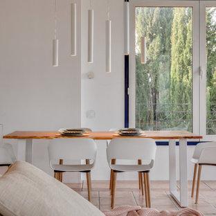 Стильный дизайн: большая гостиная-столовая с белыми стенами, полом из терракотовой плитки, подвесным камином, розовым полом и потолком из вагонки - последний тренд