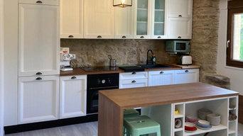 Cocina rústica con isla auxiliar