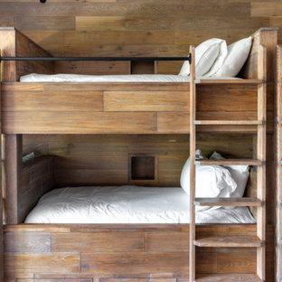 Источник вдохновения для домашнего уюта: нейтральная детская среднего размера в стиле рустика с спальным местом, паркетным полом среднего тона и деревянными стенами