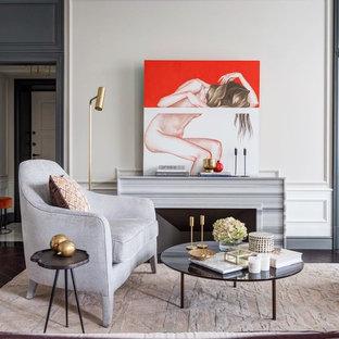 Mittelgroßes, Offenes Klassisches Wohnzimmer mit beiger Wandfarbe, dunklem Holzboden, Gaskamin, Kaminsims aus Stein, verstecktem TV und lila Boden in Moskau