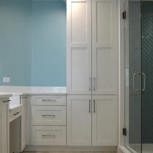 Inspiration pour une grand salle de bain principale traditionnelle avec un placard à porte shaker, des portes de placard blanches, une douche d'angle, un WC séparé, un carrelage vert, un carrelage en pâte de verre, un mur bleu, un sol en marbre, un lavabo encastré, un plan de toilette en quartz modifié, un sol beige, une cabine de douche à porte battante, un plan de toilette blanc, des toilettes cachées, meuble double vasque, meuble-lavabo encastré et un plafond à caissons.