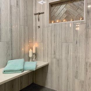 Идея дизайна: главная ванная комната среднего размера в стиле неоклассика (современная классика) с фасадами островного типа, бежевыми фасадами, двойным душем, унитазом-моноблоком, керамогранитной плиткой, полом из ламината, монолитной раковиной, мраморной столешницей, коричневым полом, душем с раздвижными дверями, разноцветной столешницей, нишей, тумбой под две раковины и напольной тумбой