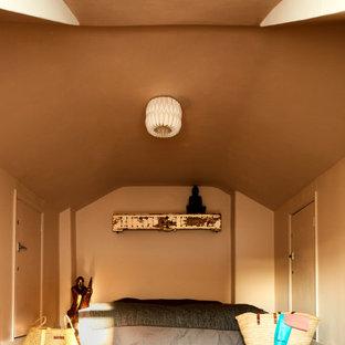Multifunktionaler, Kleiner Stilmix Fitnessraum mit rosa Wandfarbe, dunklem Holzboden, braunem Boden und Tapetendecke in London