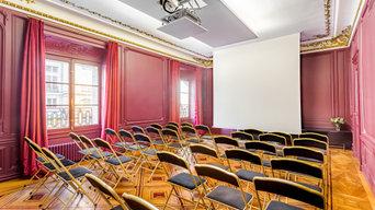 Salle de réunion avec écran et projecteur encastrés