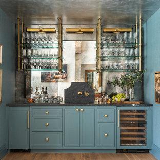 ヒューストンのトランジショナルスタイルのおしゃれなウェット バー (一体型シンク、落し込みパネル扉のキャビネット、青いキャビネット、大理石カウンター、ミラータイルのキッチンパネル、黒いキッチンカウンター) の写真