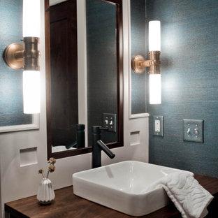 Foto di una piccola stanza da bagno con doccia tradizionale con ante in stile shaker, ante marroni, WC a due pezzi, pareti blu, pavimento in mattoni, lavabo a bacinella, top in legno, pavimento rosso, top marrone, un lavabo, mobile bagno incassato e carta da parati