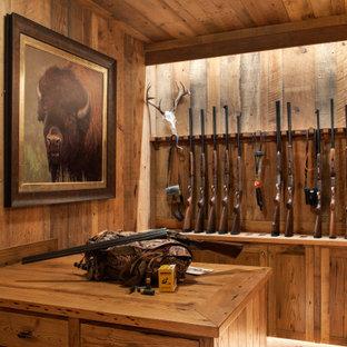Foto på ett stort vintage walk-in-closet för könsneutrala, med släta luckor och skåp i mellenmörkt trä