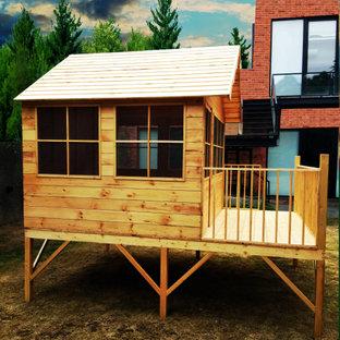 Источник вдохновения для домашнего уюта: большая нейтральная детская с игровой в стиле модернизм с бежевыми стенами, светлым паркетным полом, бежевым полом, деревянным потолком и деревянными стенами для ребенка от 4 до 10 лет