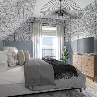 Стильный дизайн: хозяйская спальня среднего размера в стиле модернизм с разноцветными стенами, полом из ламината, коричневым полом и обоями на стенах - последний тренд