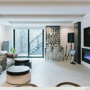 Imagen de bodega moderna, de tamaño medio, con suelo de baldosas de porcelana, vitrinas expositoras y suelo blanco