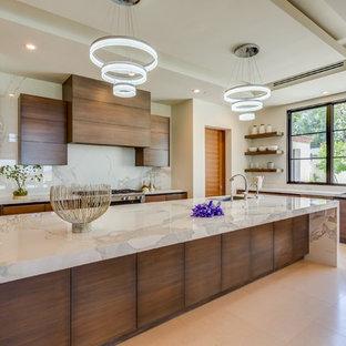 Esempio di una cucina ad ambiente unico moderna di medie dimensioni con ante marroni, paraspruzzi in lastra di pietra, elettrodomestici in acciaio inossidabile, pavimento in pietra calcarea e isola