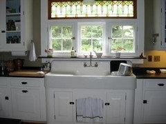 Please explain the allure of a farmhouse sink