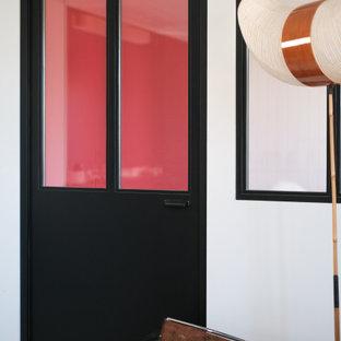 На фото: рабочее место среднего размера в современном стиле с красными стенами, деревянным полом, отдельно стоящим рабочим столом, белым полом, потолком из вагонки и стенами из вагонки без камина с
