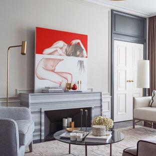 Idee per un soggiorno tradizionale di medie dimensioni e aperto con pareti beige, parquet scuro, camino lineare Ribbon, cornice del camino in pietra, TV nascosta e pavimento viola
