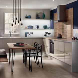 Стильный дизайн: угловая кухня среднего размера в стиле модернизм с обеденным столом, монолитной раковиной и правильным освещением без острова - последний тренд