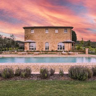 Immagine di una grande piscina mediterranea davanti casa