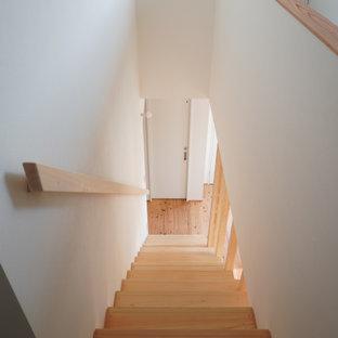 Imagen de escalera suspendida y papel pintado, nórdica, pequeña, con escalones de madera, contrahuellas de madera, barandilla de madera y papel pintado
