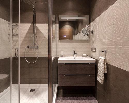 Salle d 39 eau avec un carrelage beige et un mur marron photos et id es d - Salle de bain chocolat et blanc ...