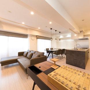 東京23区のコンテンポラリースタイルのおしゃれなリビング (白い壁、塗装フローリング、ベージュの床) の写真