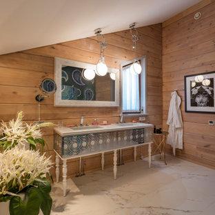 На фото: ванная комната в стиле рустика с белыми фасадами, коричневыми стенами, врезной раковиной, белым полом, белой столешницей, тумбой под две раковины, напольной тумбой, сводчатым потолком и деревянными стенами с