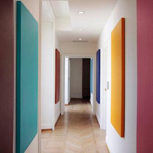 Стильный дизайн: большой коридор в стиле фьюжн с белыми стенами, светлым паркетным полом, бежевым полом и многоуровневым потолком - последний тренд