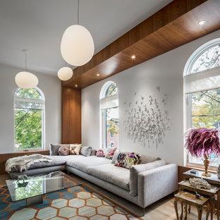 Idee per un piccolo soggiorno contemporaneo stile loft con pareti bianche e pavimento in legno massello medio