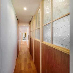 Cette photo montre un petit couloir tendance avec un mur blanc, un sol en bois brun, un sol beige, un plafond en lambris de bois et du lambris de bois.