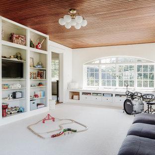 Foto di una cameretta per bambini da 4 a 10 anni chic con pareti bianche, moquette, pavimento bianco e soffitto in legno