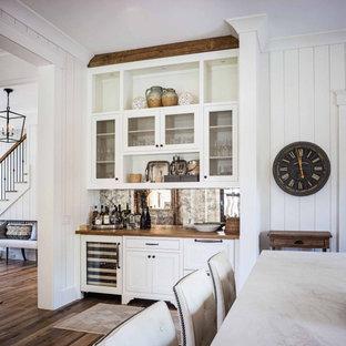 Ispirazione per un angolo bar country con ante in stile shaker, ante bianche, top in marmo, paraspruzzi con piastrelle in ceramica, pavimento in legno massello medio, pavimento marrone e top bianco