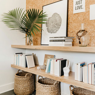 Mittelgroßes Maritimes Arbeitszimmer mit weißer Wandfarbe, Schieferboden, Einbau-Schreibtisch und blauem Boden in Sonstige