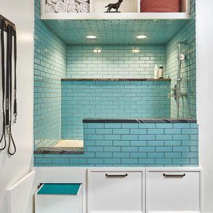 デンバーの中くらいのカントリー風おしゃれなマッドルーム (白い壁、黒い床、格子天井) の写真