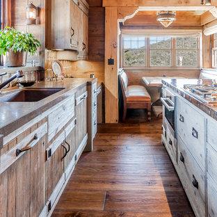 Esempio di una cucina stile rurale di medie dimensioni con lavello a vasca singola, ante lisce, ante beige, top in rame, paraspruzzi multicolore, paraspruzzi in gres porcellanato, elettrodomestici in acciaio inossidabile, pavimento in legno massello medio e isola