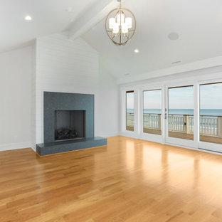 Пример оригинального дизайна: большая хозяйская спальня в морском стиле с серыми стенами, светлым паркетным полом, стандартным камином, фасадом камина из вагонки и сводчатым потолком