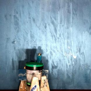 バークシャーの広いコンテンポラリースタイルのおしゃれな独立型ダイニング (青い壁、濃色無垢フローリング、茶色い床、折り上げ天井、グレーの天井) の写真
