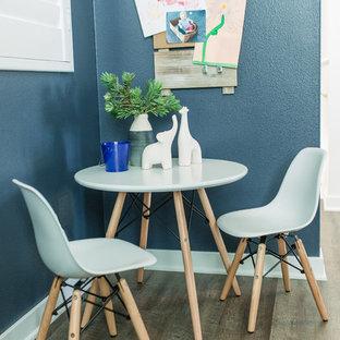 Mittelgroßes Klassisches Arbeitszimmer ohne Kamin mit Studio, blauer Wandfarbe, Vinylboden und freistehendem Schreibtisch in Orange County