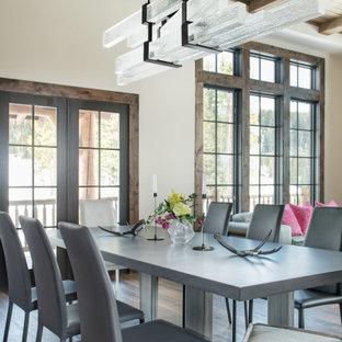 Idéer för stora funkis matplatser med öppen planlösning, med beige väggar, mellanmörkt trägolv och brunt golv