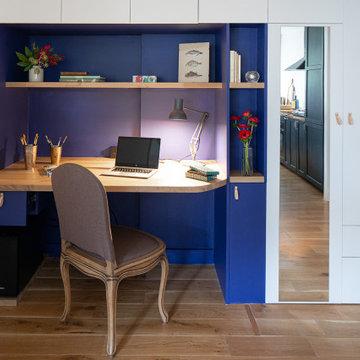 Bureau intégré et rangements sur mesure dans l'entrée d'un appartement