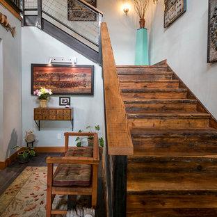 Diseño de escalera en L, rústica, grande, con escalones de madera, contrahuellas de madera y barandilla de metal