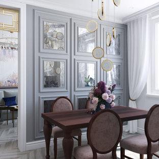 モスクワの中サイズのトランジショナルスタイルのおしゃれなキッチン (アンダーカウンターシンク、レイズドパネル扉のキャビネット、ベージュのキャビネット、珪岩カウンター、ピンクのキッチンパネル、パネルと同色の調理設備、淡色無垢フローリング、アイランドなし、ベージュの床、ピンクのキッチンカウンター) の写真