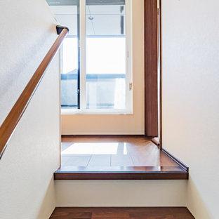 Diseño de escalera papel pintado, moderna, pequeña, con escalones de madera, barandilla de madera y papel pintado